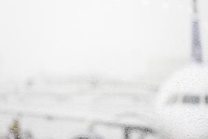 無料の写真__雨の雫__ウェット__雨__飛行機__空港__旅行__交通_-_Pixabayの無料画像_-_926765