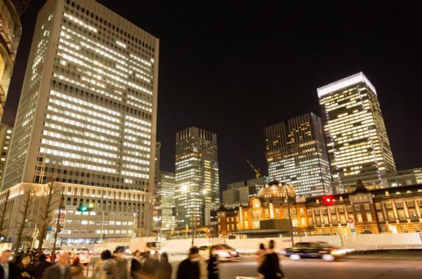 往来する人と東京駅(夜景)|フリー写真素材・無料ダウンロード-ぱくたそ